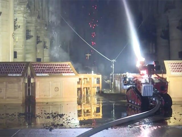 Gặp gỡ Colossus: Robot chữa cháy của Pháp đã giúp cứu Notre-Dame