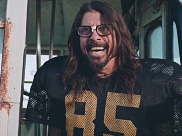 Foo Fighters kembali ke perniagaan video bodoh dengan sketsa bertemakan bola sepak baru