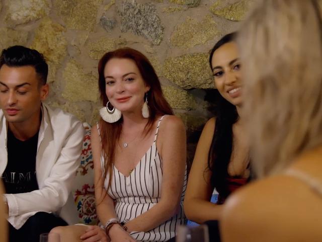 Non riesco a smettere di guardare questa clip di Lindsay Lohan che tenta di interagire con il suo 'impiegato'