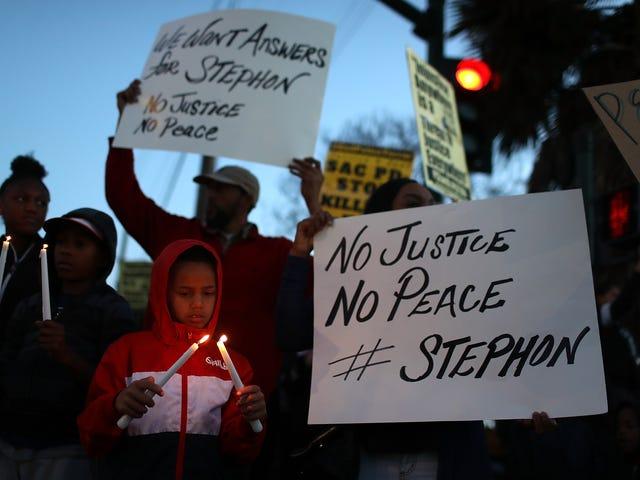 """Kaliforniens guvernör undertecknar """"Stephon Clark Law"""", en av de strängaste polisanvändningarna av våldslagar i landet"""
