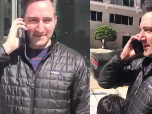 ลูกชายขอร้องพ่อไม่ให้โทรหาตำรวจคนดำเพราะยืนอยู่ข้างนอก