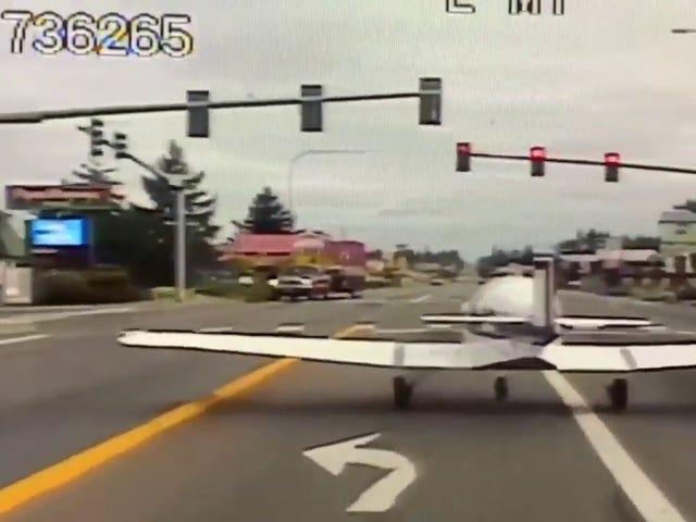 Un coche policial graba el momento en que una avioneta aterriza de emergencia en una avenida