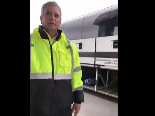 Motorista de ônibus diz aos passageiros que devem ser cidadãos americanos para embarcar
