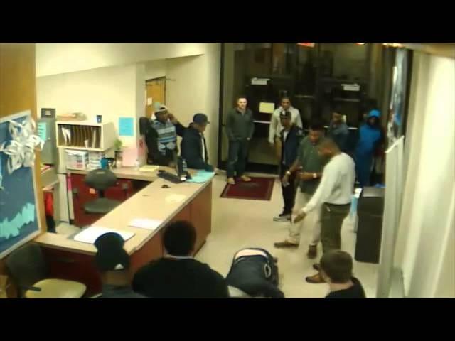Poliisin julkaisut Videot EKU-UK Bar Fightista, UK QB Getting Sucker-Punched