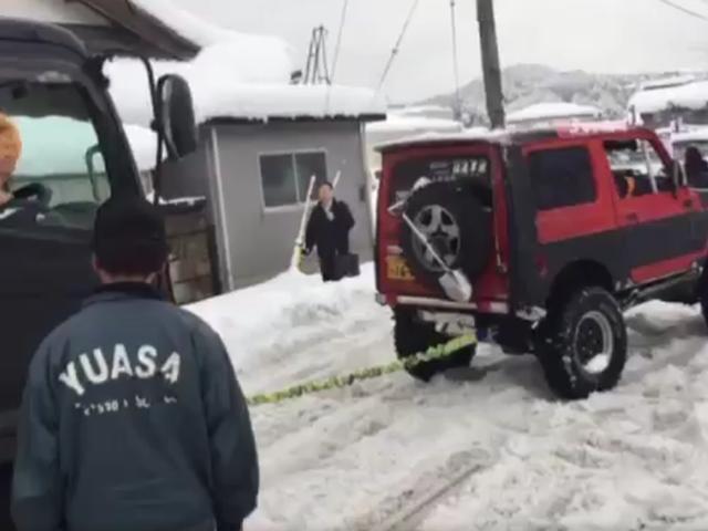 Regardez ce minutieux Suzuki Samurai sauve courageusement un géant semi-coincé dans la neige