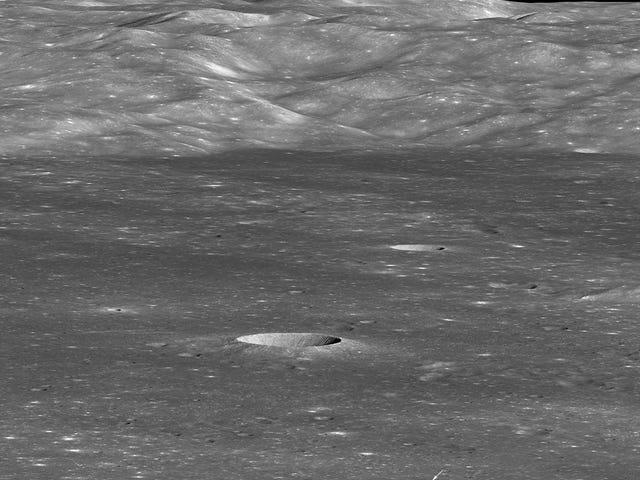 음력 궤도에서 달이 보이는 멀리 보이는 달의 먼쪽에있는 중국 착륙선