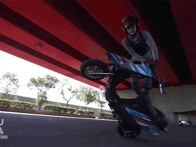 Diese Stunt-Tricks auf einem Moped sind total verrückt