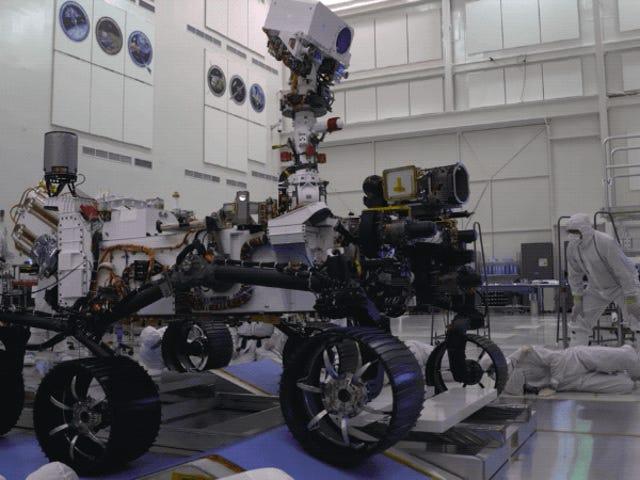 Xem Mars Mars Rover Roll lần đầu tiên của NASA