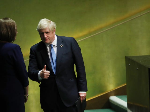 """Boris Johnson met en garde contre des """"terminateurs aux yeux roses"""" et des """"poules sans jambes"""" dans le discours absolument absolu de Bonkers"""