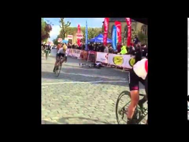 Bisikletçi En Kötü Zamanda Bariyerler Arasında Yiyor