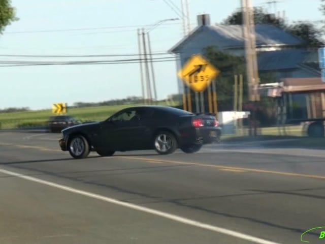 Ein anderer Fleischkopf läuft mit seinem Mustang in einen Telefonmast