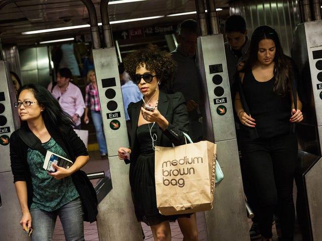 Οι γυναίκες πληρώνουν περισσότερα για να πάρουν γύρω από τη Νέα Υόρκη από τους άνδρες: Μελέτη
