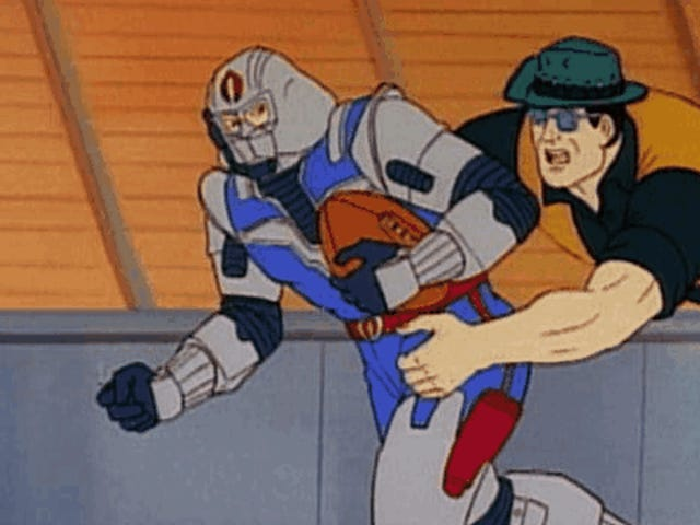 Ngày ngu ngốc GI Joe và Cobra đã chiến đấu của họ từ chiến trường đến sân bóng đá
