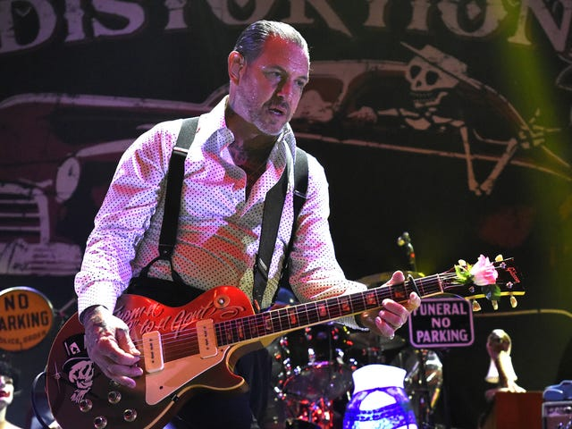 Social Distortion's Mike Ness gives Trump supporter a quick lesson in Punk 101