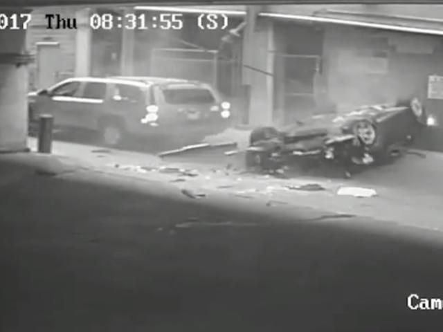Ecco il video di quell'automobile che cade sette storie fuori di un garage di parcheggio il mese scorso <em></em>