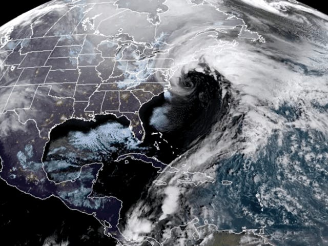 """Así se ve desde el espacio el """"ciclón bomba"""" que está congelando la costa este de los Estados Unidos"""