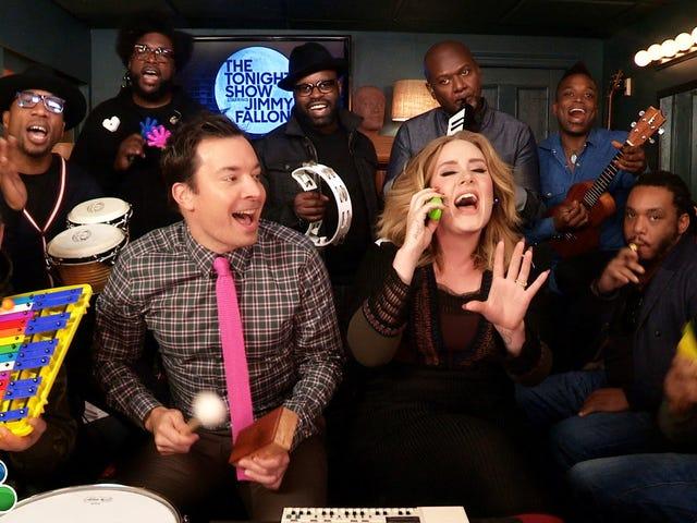 Bonjour, c'est Adele et les racines qui chantent «bonjour» avec des instruments de la classe
