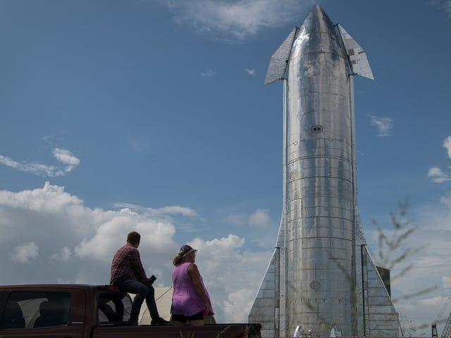 Elon Musk tiết lộ nguyên mẫu phi thuyền khổng lồ của mình, cho biết nó sẽ bay trong vòng vài tháng