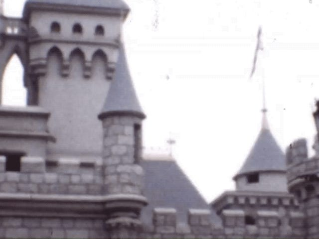 Они восстанавливают цветное видео Диснейленда, когда он только что открылся