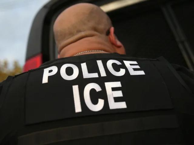 Người phụ nữ trong ICE Custody sinh ra em bé sơ sinh