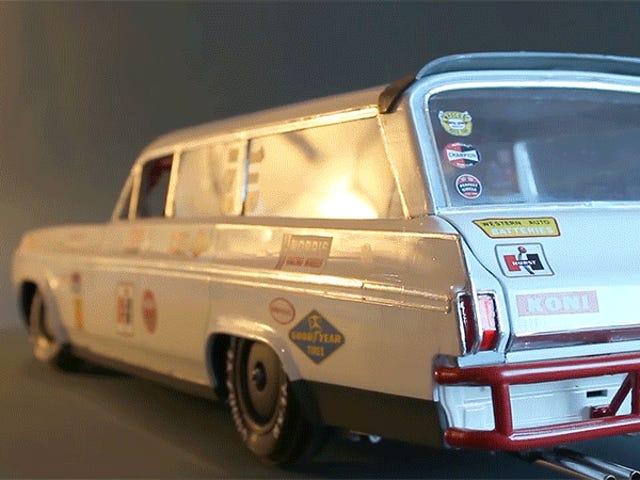 Denna RC-bil rör sig lika realistiskt som ett två-ton fordon