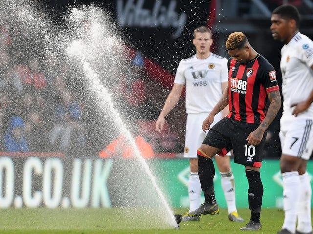 Até mesmo os sprinklers perderam o controle no jogo de Bournemouth contra lobos