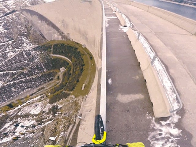 Cykling på en mycket tunn handstång på toppen av en 650-fots lång damm är dumt skrämmande