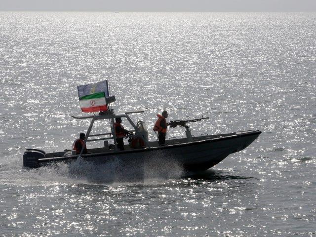 US Navy Fires Warning Shots bij een Iraanse boot die te dichtbij kwam