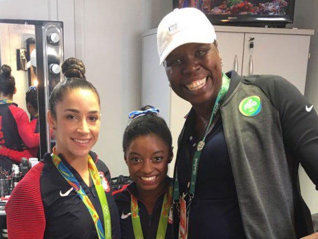 Лесли Джонс встречается с олимпийцами Симоной Байлс и Эли Райсман в Рио