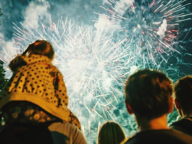 Hoe u uw kind voor de eerste keer laat kennismaken met vuurwerk