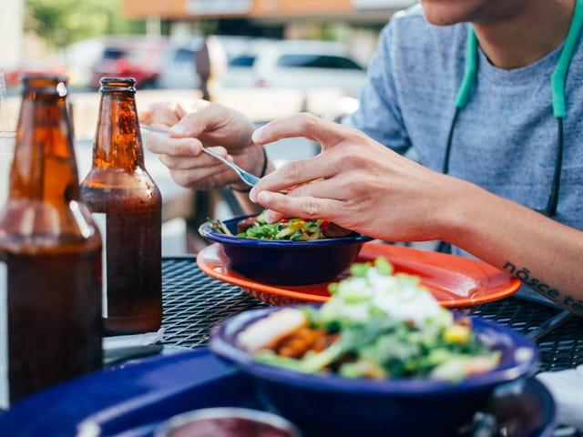 Hvordan man undgår madforgiftning hos restauranter i nærheden af dig