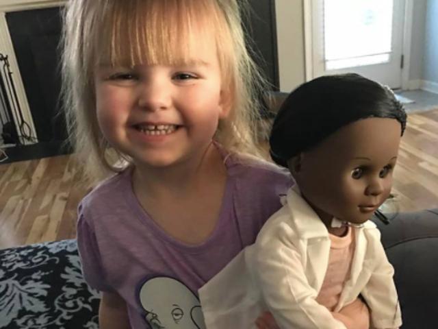 Target Cashier Schooled af Toddler på hendes Choice of Doll
