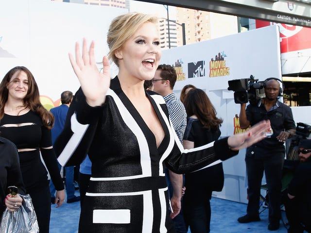 Schumer、MTV Movie Awardsを主催:「あなたの半分はMeghan Trainorだ」