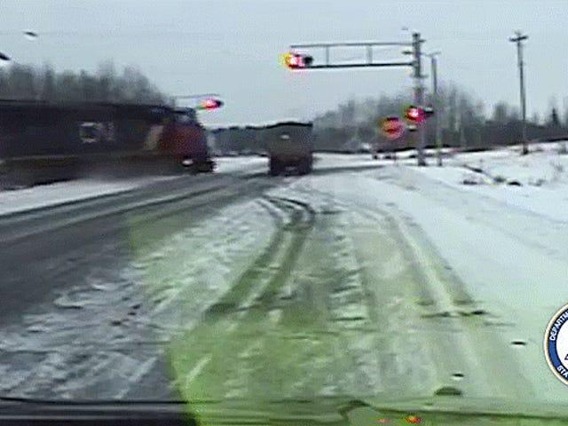 Xe lửa lấy xe bán tải và đưa nó vào một địa ngục ngắn