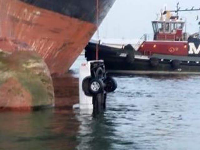 Carga falla deja camión colgando de un barco como cebo en una línea de pesca