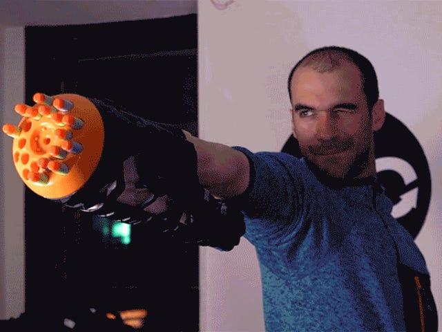 Αυτοί οι χάκερ έχτισαν ένα προσθετικό Blaster Nerf που μπορεί να απολυμανθεί με τους εύκαμπτους μυς του βραχίονα