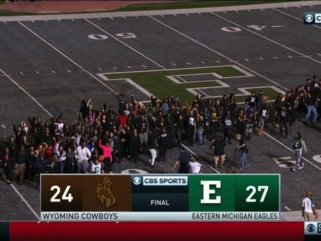 平和的な学生がゲーム終了時にミシガン州東部で抗議デモを実施