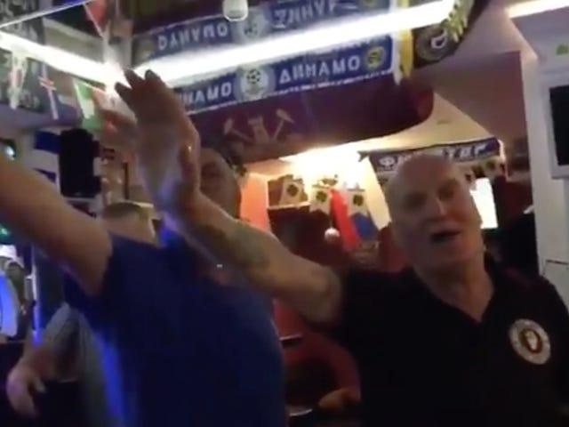 Aqui estão alguns ingleses idosos fazendo um canto de futebol anti-semita e saudando Hitler