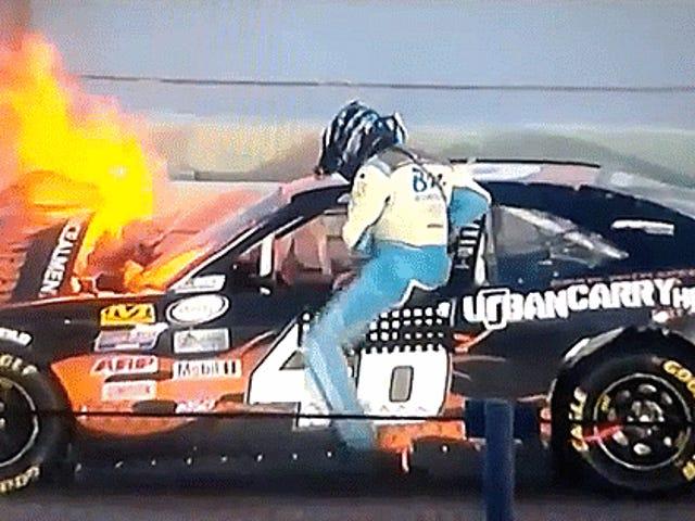 El accidente final de la temporada Xfinity de NASCAR insana envía un auto en llamas