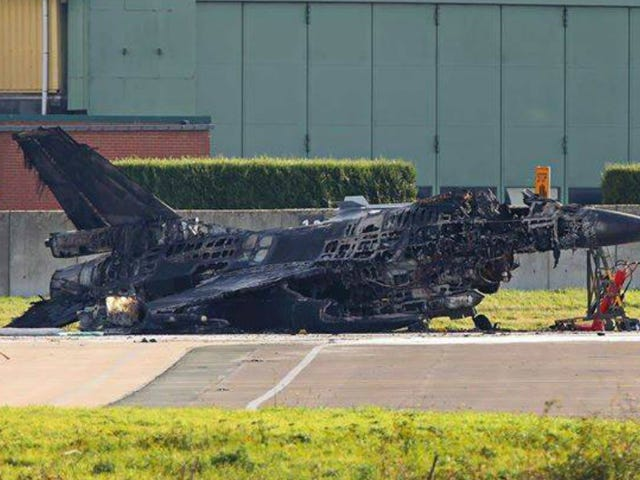 Un técnico vuela un caza F16 al activar su cañón por accidente