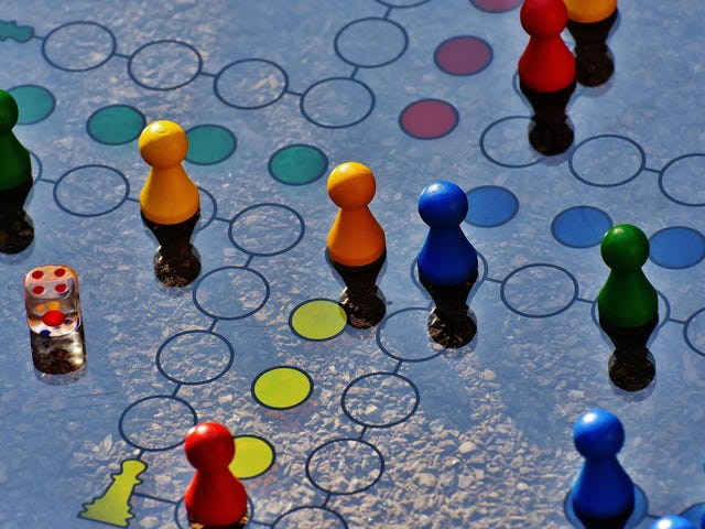 Cómo ayudar a tu hijo a mejorar en los juegos de mesa, según un diseñador de juegos