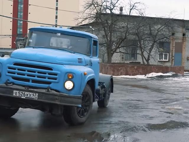 Este camión volquete soviético tiene un secreto bávaro debajo del capó