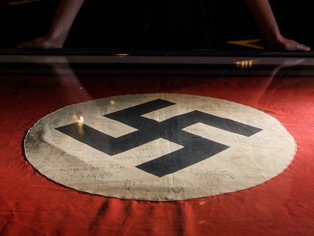 Inget säger att Help My Computer's Been Hacked som att flyga en nazistisk flagga utanför ditt hus