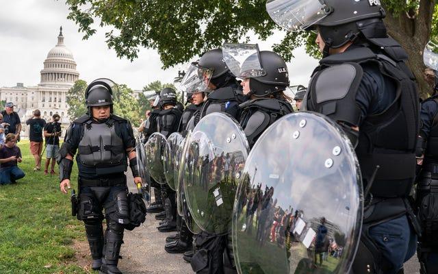 ผู้ประท้วงที่ชุมนุม 'ความยุติธรรมเพื่อ J6' ในวอชิงตันมีจำนวนมากกว่าตำรวจและสมาชิกของสื่อ