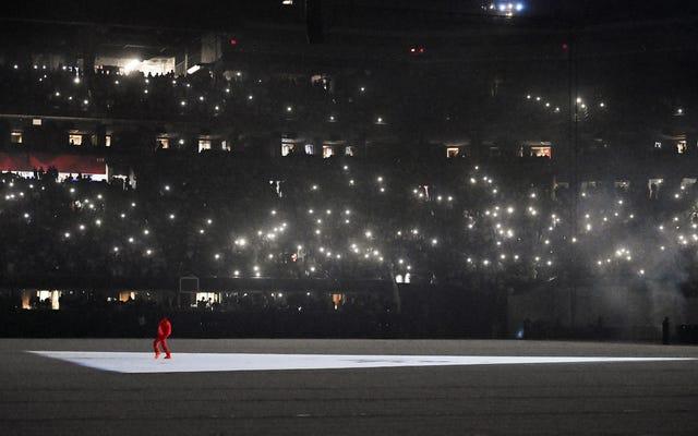 Kanye West ใช้ชีวิตตามความฝันของแฟนกีฬาในขณะที่เขาทำอัลบั้มเสร็จ