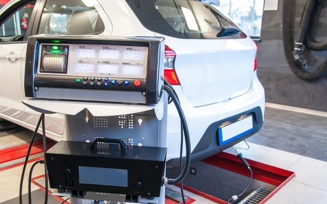 आपकी कार के उत्सर्जन परीक्षण को मात देने के सभी नैतिक (और नैतिक आसन्न) तरीके