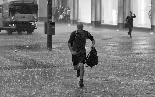 Portez une casquette de baseball et une veste non-running pour courir sous la pluie