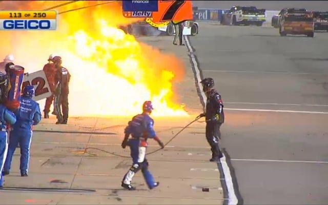 NASCARの乗組員が巨大な火の玉の真ん中で捕まった