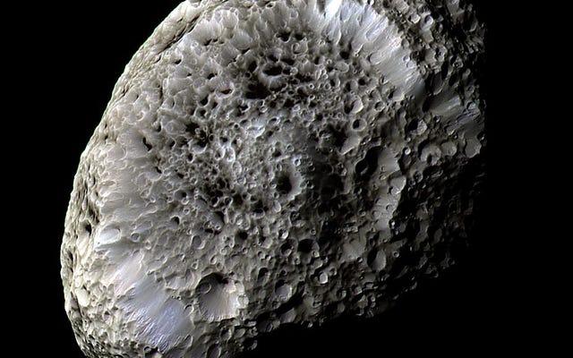 La rareza de Hyperion es más que su superficie esponjosa
