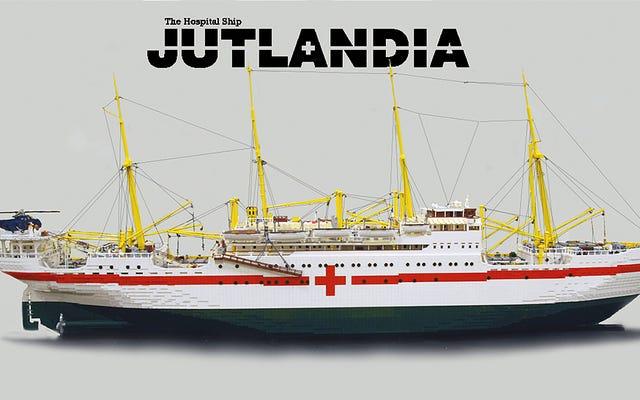 この10フィートのレゴ病院船を作るのに約10万個かかりました